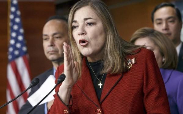 Congresistas Loretta Sánchez, atrás Julián Castro, al lado Luís Gutiérrez. Foto: Sacramento Bee.