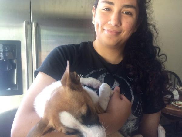 Silvia Zubieta Rodríguez juega con2 su perro 'Salvador'