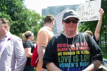 """Angela King participa en una contra-protesta durante lo que se anunció como una manifestación de """"discurso libre"""" en Boston el 19 de agosto. King, un ex neonazi que fue a prisión a los 23 años por un crimen de odio, cofundó La vida sin fines de lucro después del odio. (Melissa Bailey / KHN)"""