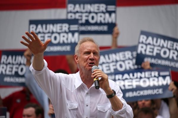 Gobernador republicano de Illinois, Bruce Rauner enfrenta la presión de los republicanos y aun así firma la Ley de la Confianza. Foto: Chicago Tribune.