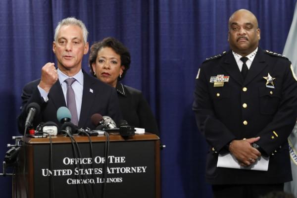 El alcalde de Chicago, Rahm Emanuel explica su enfoque acerca del informe del Departamento de Justicia en los esfuerzos que ya ha comenzado la ciudad para reformar el Departamento de Policía de Chicago. A sulado el jefe dela policía y atrás la exprocuradora de justicia Loretta Lynch. Foto: Chicago Tribune.