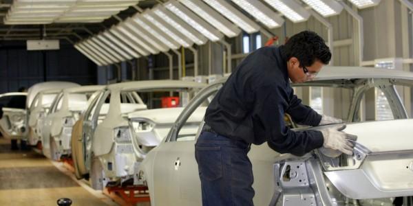 Trabajador de la industria automotriz, un sector de fuerte interés político y económico para México y Estados Unidos. Foto: Business Insider.