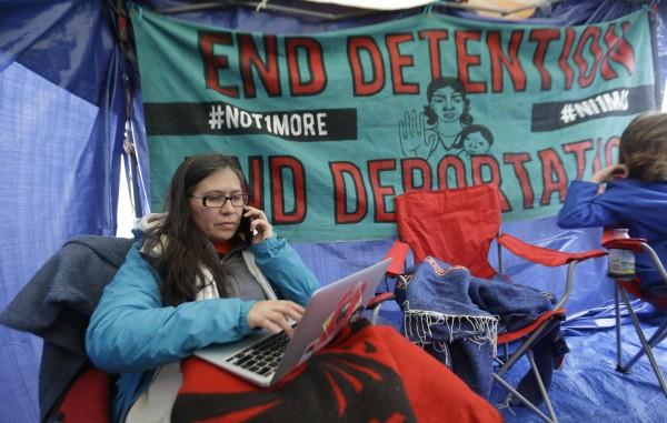 Maru Mora Villalpando en campamento durante huelga de hambre en una prisión de inmigrantes en Tacoma, Washington. Foto: Northwest Public Radio.