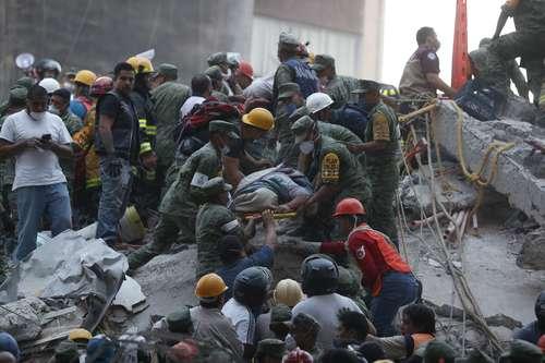El sismo que sacudió la Ciudad de México y otras entidades causó numerosos derrumbes en varias colonias. En la imagen, el traslado de una persona sin vida en las callesde Gabriel Mancera y EscociaFoto Alfredo Domínguez, La Jornada.