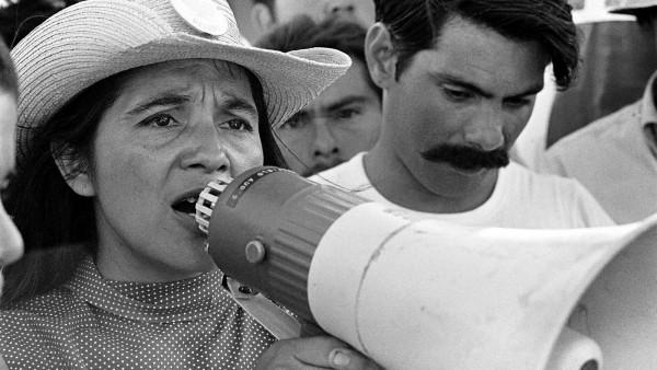 Dolores Huerta co-fundadora de la Unión de Campesinos, UFW en el 2do día de la marcha que organizó en Coachella, California, en marzo de 1969. Foto: George Ballis / www.doloresthemovie.com.