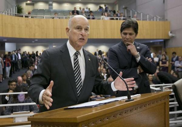 El Gobernador  y el Presidente Pro Temp del Senado de California, Jerry Brown y Kevin de León respectivamente, llegaron a un acuerdo para despejar la política del santuario en California. Foto: AP