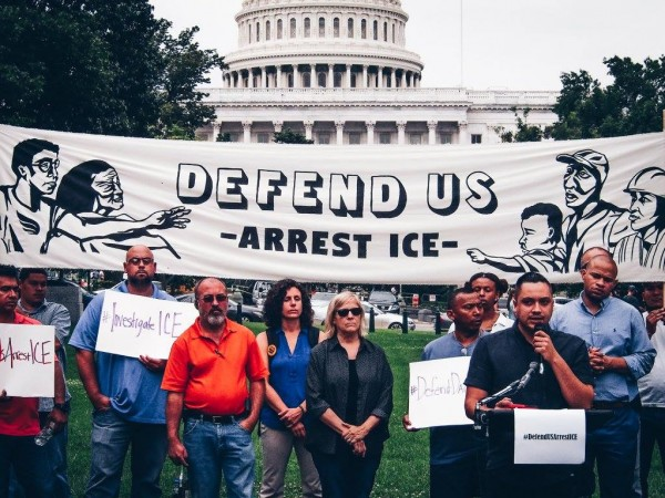 """Miembros de la coalición de organizaciones defensoras de los inmigrantes se reunieron en frente al Capitolio en Washington, DC, para defender los programas DACA y TPS y llamar la atención sobre """"la corrupción de ICE"""", al tiempo que exigieron al congreso una solución permanente con una reforma de Inmigración amplia y comprensiva. Foto: Cortesía de MIJENTE."""