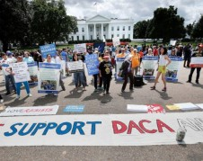 DACAmentados se manifiestan frente a la Casa Blanca en busca de apoyo financiero para adscribirse al programa. Fto: YouCaring.