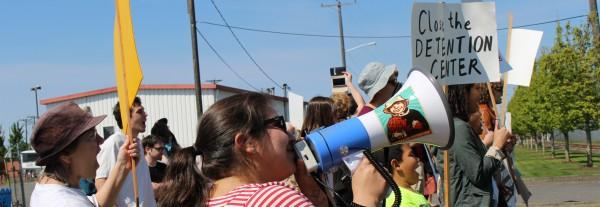 Protestan a las afueras del centro de detención de ICE en Tacoma, Washington por la liberación de inmigrantes indocumentados en el limbo legal y sin atención médica ni alimentación adecuada. Foto: Resistencia a NWDC.