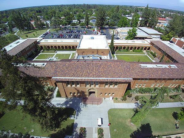 Vista aérea del histórico Edificio Administrativo de arquitectura clásica del Colegio Universitario de la Ciudad de Fresno, California. Foto: Fresno City College.
