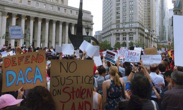 Protestan Nueva York donde se somete una demanda de 16 Estados contra el gobierno federal por la derogación de DACA. Foto: New York Law Journal.