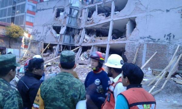 Uno de los más de 40 edificios colapsados. Imágenes tomadas de un Tweet de la oficina de Protección Civil de la Ciudad de México .