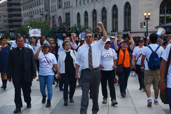Gustavo Torres, líder de Casa Maryland, encabeza protesta anti-Trump en la Casa Blanca.