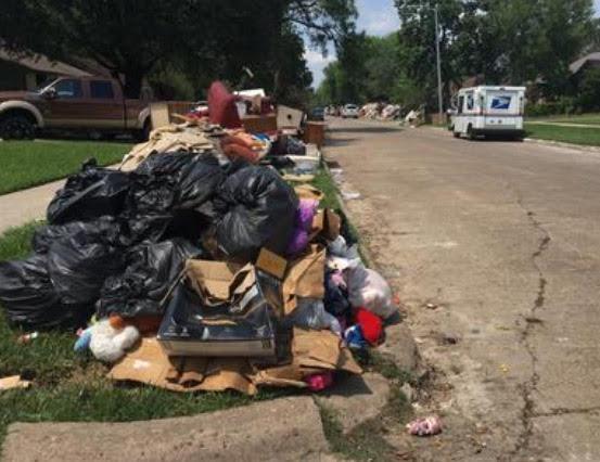 Residuos de escombros de los daños causados por el huracán Harvey todavía sin recoger, en calles de vecindarios latinos de Pasadena, Texas. Foto: Cortesía de 'Ojos de un Soñador'.