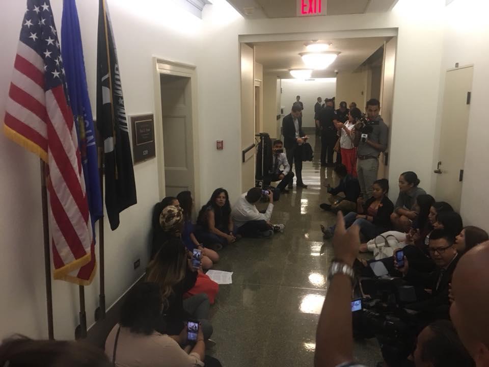 Dremers presionan en las oficinas de lider de la camara baja  Paul Ryan para que ponga a votacion una Acta del Sueno sin candados.