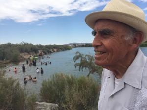 Alfredo Acosta Figueroa de 83 años a orillas del río Colorado en Blythe, California