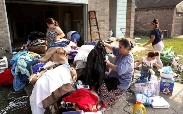 Inmigrantes cuyos hogares fueron devastados por las inundaciones de Harvey rehúsan ir a los refugios para damnificados por temor a las revisiones y controles de ICE. Foto: Texas Monthly.
