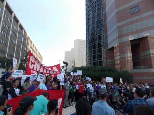 """El martes hubo marchas en todo el país para protestar luego de la decisión de la administración Trump de terminar con el programa de Acción Diferida para los Llegados en la Infancia (DACA), que protege a ciertos jóvenes inmigrantes de la deportación. En una de las demostraciones en Los Ángeles las personas portaron carteles con las leyendas: """"Estamos aquí para quedarnos"""", y """"Si no nos dejan soñar, no los vamos a dejar dormir"""". (Anna Gorman/KHN)"""