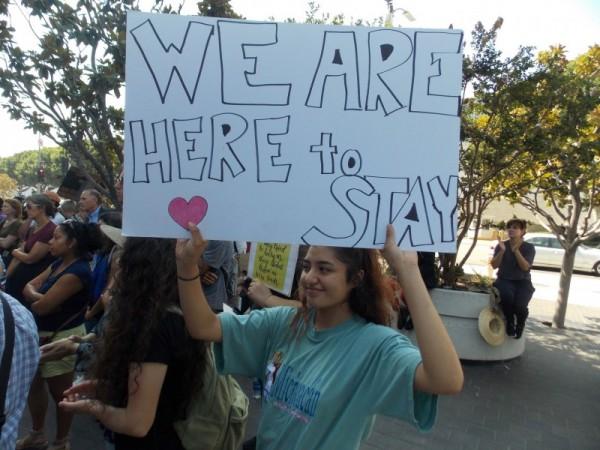 """Jocelin Reyes, de 19 años, dijo que estar protegida de la deportación redujo sus temores y ansiedades. Pero ahora, la estudiante de la Universidad de California-Santa Bárbara aseguró que """"su miedo se ha triplicado"""". (Anna Gorman/KHN)"""