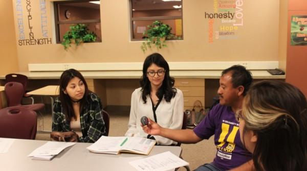 Estudiantes y padre de familia en una plática del programa Justicia Restaurativa Foto: Cortesía de la escuela Bobby Duke.
