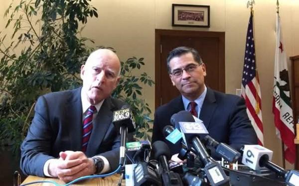 En conferencia de prensa el Gobernador y el Fiscal General de California, Jerry Brown y Xabier Becerra respectivamente. Foto: Sacramento Bee.