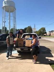 Miembros de la Iglesia Bautista Emanuel en Baytown, TX, descargan ayuda para damnificados, donada por otros vecinos. Foto: Cortesía de Evelyn Hernández.
