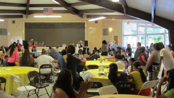 Padres de familia discuten ideas para mejorar la disciplina escolar.