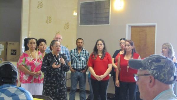 Petra Villanueva, de Vecinos Unidos, les habla a padres de familia en asamblea comunitaria en Arvin.