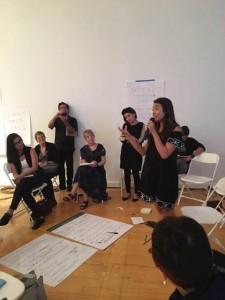 Reunión de trabajo de jóvenes de 'Ojos de Un Soñador', en Pasadena, TX. Jessica Rangel habla ante grupo . Foto: Cortesía de Ojos de un Soñador.