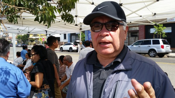 Salvador Sanabria,  Director Ejecutivo de 'El Rescate', en la feria informativa frente a su oficina en la Plaza Morazán.