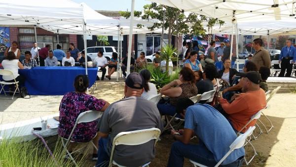 Salvadoreños, hondureños y nicaragüenses a la espera  de su turno para consultar sobre el ajuste de estatus mediante el TPS.