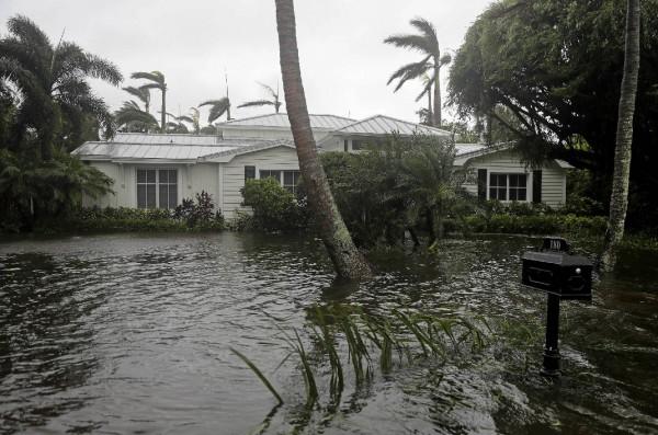 Casas rodeadas de agua mientras el huracán Irma pasa por Nápoles, Florida, el domingo 10 de septiembre de 2017. Foto: AP