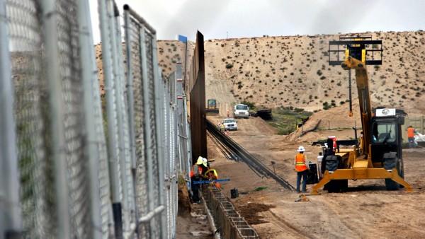 Trabajos que se realizan en tramos de la frontera con México para darle mantenimiento a la valla que separa a ambos países.