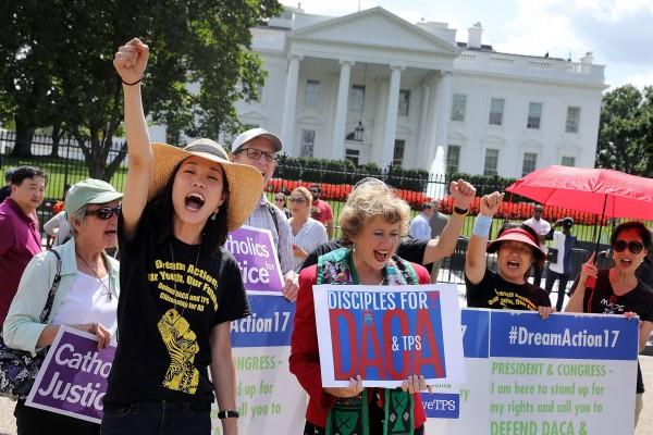 Se manifiestan ayer frente a la Casa Blanca en defensa de DACA, ante la espera de una inminente y fulminante, aunque también vacilante decisión presidencial. Foto: Chicago Tribune.