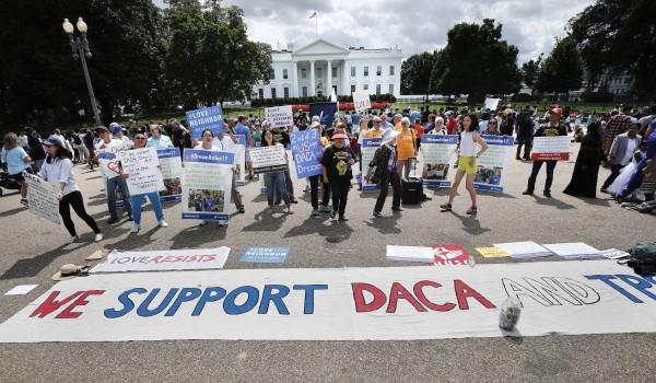 Defensores de DACA, presentan una pancarta de apoyo a este programa, en la Avenida Pennsylvania frente a la Casa Blanca en septiembre de 2017, tras el anincio de Trump para pner fin a la protección que brindaba a unos 8oo mil titulares de DACA que ahora quedan expuestos a la deportación. Foto: Pablo Martínez Monsiváis / AP.
