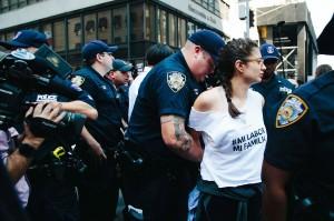 Manifestante arrestada durante la protesta contra la administración federal por finalizar DACA, en las cercanías de la Torre Trump de la lujosa 5ta avenida de Manhattan. Foto: Peole.