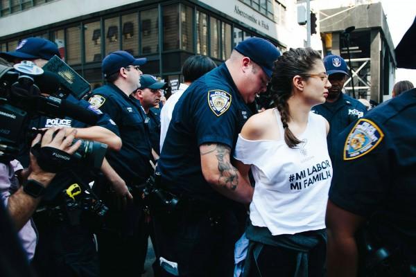 Manifestante arrestada durante la protesta contra la administración federal por finalizar DACA, en las cercanías de la Torre Trump de la lujosa 5ta avenida de Manhattan. Foto: People.