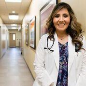 La doctora Olga Meave es residente de tercer año del Rio Bravo Family Medicine Residency Program, operado por la Clínica Sierra Vista en Bakersfield, California. Foto: Heidi de Marco/KHN.