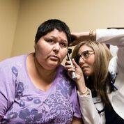 Doctora Olga Meave examina a Verónica Ayon  Foto: Heidi de Marco/KHN.