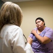 La doctora Olga Meave examina a la paciente Verónica Ayon en la Clínica Sierra Vista, en Bakersfield, California, el 4de agosto de 2017. Ayon dice que se siente más cómoda con Meave porque comparten el idioma y las tradiciones. Foto: Heidi de Marco/KHN.