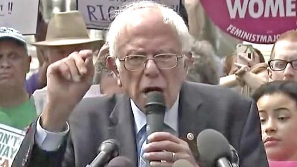 El senador independiente pro Vermont, Bernie Sanders arenga contra la Graham-Cassiedy y propone un sistema de salud de pagador único, o universal. Foto: Youtube.