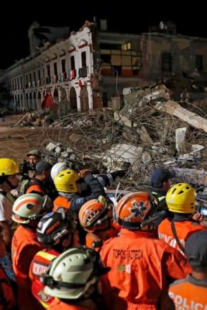 Trabajadores de Servicios de Emergencia inspeccionan los escombros de un edificio derrumbado en la ciudad de Juchitán, Oaxaca, Mx. Foto: www.thesun.co.uk