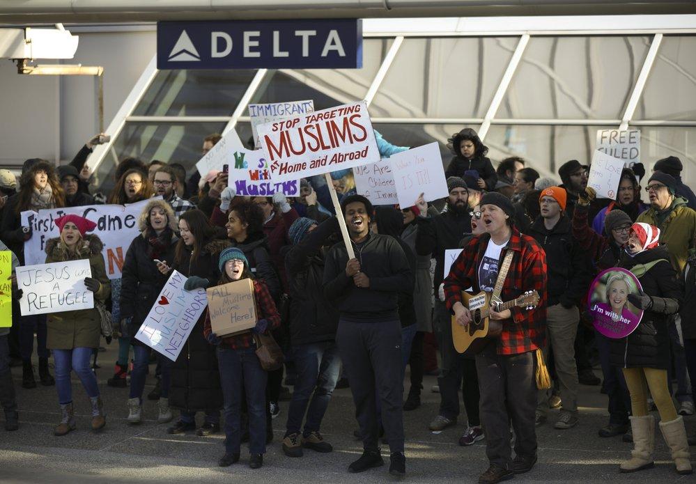 Manifestantes se vuelcan sobre aeropuertos de Estados Unidos tras el anuncio de la prohibición de Trump a viajeros de países con mayoría musulmana, Foto: AviationCV.com