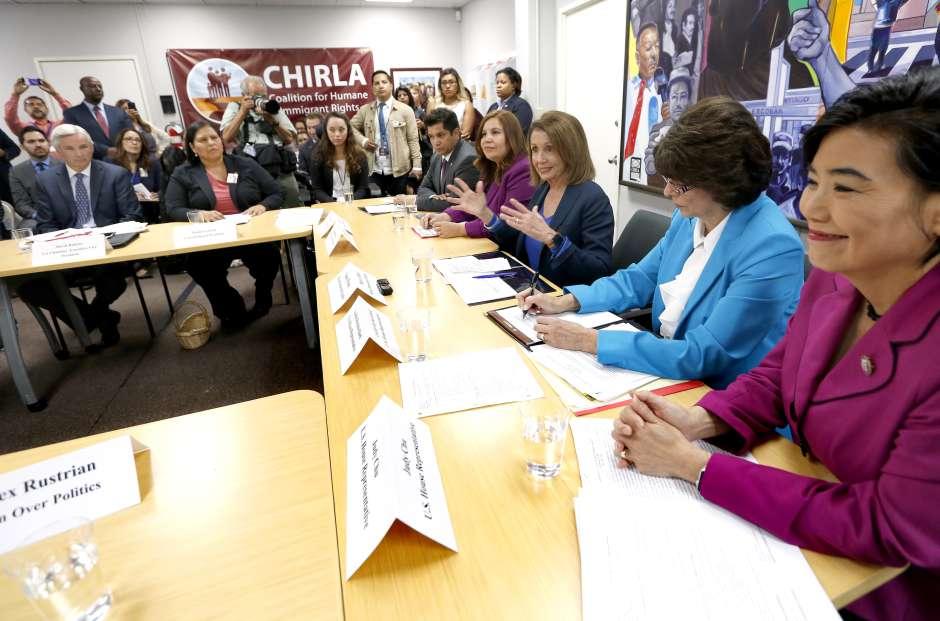 """Pelosi se reúne con """"dreamers"""" para discutir el Dream Act . Aurelia Ventura/ La Opinion."""