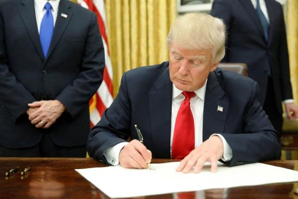 El presidente Trump firma orden ejecutiva en la Oficina Oval de la Casa Blanca en Washington, DC. Foto: NBC News.