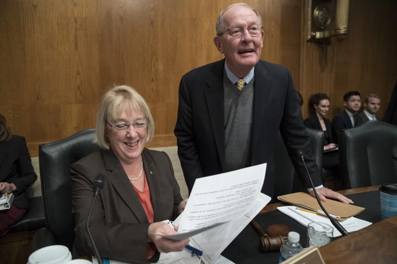 Los senadores Lamar Alexander y Patty Murray, republicano y demócrata respectivamente coautores de un proyecto de ley que intenta salvar la crisis por la que atraviesa en estos días el sistema de salud pública. Foto: AJC.com.