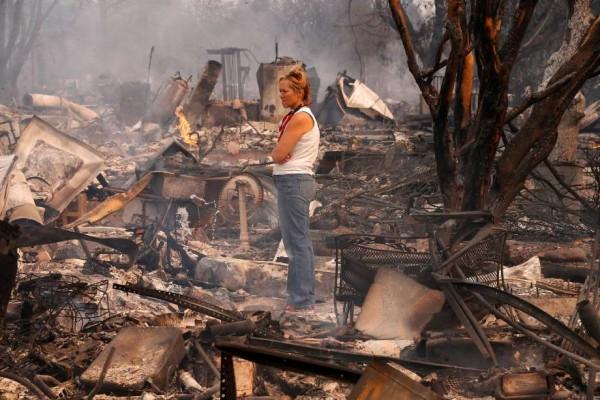 Una residente de la zona devastada que lo perdió todo en unas pocas horas, mira con resignación y tristeza el desolador paisaje que dejó el fuego en su zona. Foto: SF Gates.