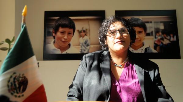 Amparo López, responsable del Programa Binacional de Educación Migrante en Tijuana, para facilitar la inscripción y asimilación de estudiantes como Javier Torres.