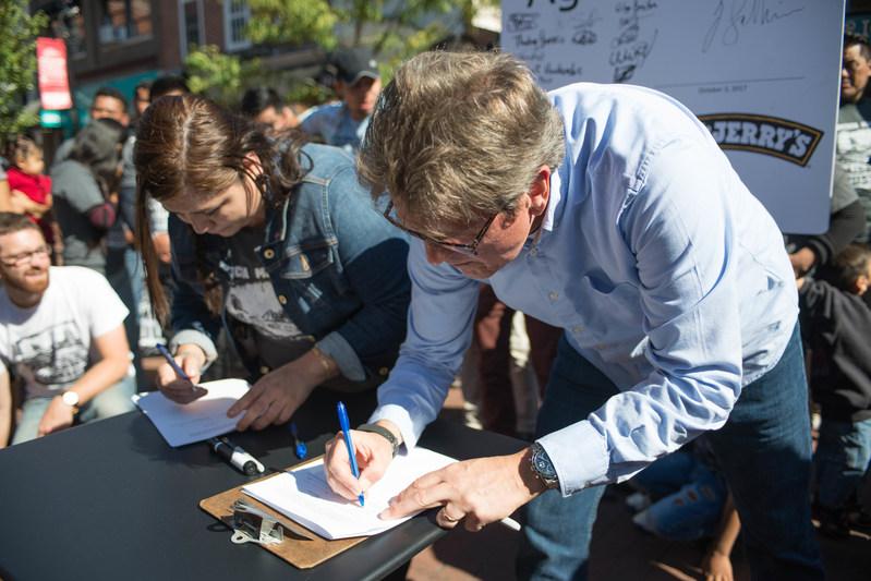 Trabajadora migrante y representante de Ben & Jerry's firman acuerdo de Leche y dignidad. Foto: benjerry.com