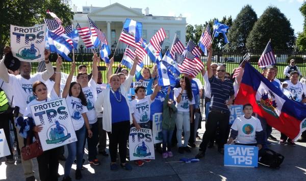 Centroamericanos miembros de la Alianza por el TPS se manifiestan frente a la Casa Blanca en Washington, DC para pedir la extensión del programa.
